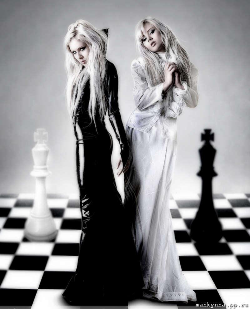 Две натурщицы в черном и белом