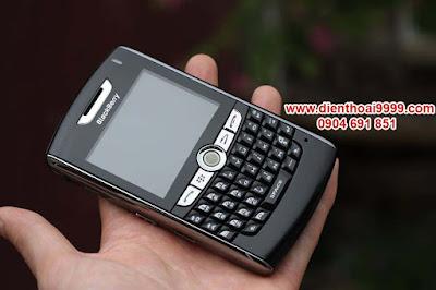 """Cần bán điện thoại blackberry 8800 cũ tại hà nội, đà nẵng, tp hcm, bán blackberry 8800 giá rẻ, bán điện thoại blackberry bb 8800, bán blackberry cũ giá rẻ chính hãng giá tốt nhất. Blackberry 8800 là một trong những điện thoại thông minh của BlackBerry có thời lượng sử dụng pin lâu, nghe gọi thoải mái tầm 3 ngày mới phải sạc. Dòng Blackberry 8800 là dòng sản phẩm dành cho doanh nhân nên sóng gió cực tốt và chất lượng âm thanh cuộc gọi xuất sắc, sóng gió ổn định, độ bền cao, minh chứng cho tới hiện nay, máy vẫn hoạt động rất tốt. Chất lượng cuộc gọi của BB 8800 tốt nhờ chức năng lọc tiếng ồn của máy,  Loa thoại nghe gọi cực ấm, Micro có khả năng thu giọng nói ở khoảng cách xa và cho ra chất lượng âm thanh rõ. Dù hiện tại dòng BB 8800 đã không còn BlackBerry sản xuất nữa nhưng chất lượng của những chiếc máy cũ vẫn còn rất tốt, chất lượng phải nói là nồi đồng cối đá. Blackberry 8800 đang được bán qua: DIENTHOAI9999.COM, một trong những địa chỉ quen thuộc với dân chơi Blackberry. Do sản phẩm là hàng cũ, đã qua sử dụng, vỏ xước xấu nên mình đã thay vỏ mới cho anh em rồi nhé, máy đẹp long lanh, nội thất bên trong thì đảm báo nguyên bản, không sửa chữa thay thế, thật ra với giá bán hiện nay, ngang giá máy đen trắng thì chẳng ai sửa chữa làm gì cho mất công, nói thẳng luôn cho anh em hiểu nhé  Giá: 450.000 (máy, pin, sạc) Bảo hành 1 tháng, bảo hành trong 1 phút, đổi ngay máy khác cho anh em. Liên hệ: 0904.691.851   Khách hàng mua điện thoại này thường xem thêm:  Hình chụp máy:       Thông tin tham khảo:  Không tích hợp camera như BlackBerry Pearl, song chiếc máy này vẫn làm hài lòng các doanh nhân nhờ thiết kế """"gợi cảm"""". Đặc biệt dòng 8800 là dòng sản phẩm dành cho doanh nhân nên sóng gió cực tốt và chất lượng âm thanh cuộc gọi xuất sắc.  Với vỏ bọc màu xanh đen, BlackBerry 8800 trở nên khỏe khoắn và """"gợi cảm"""" hơn khi đường viền được mạ bởi lớp crom màu bạc bóng loáng.   Giống như các thiết bị thuộc dòng BlackBerry, 8800 có các tính năng quen thuộc dành cho doanh nhân như e-"""