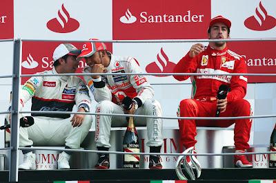 Серхио Перес Льюис Хэмилтон Фернандо Алонсо сидят на подиуме Монцы на Гран-при Италии 2012