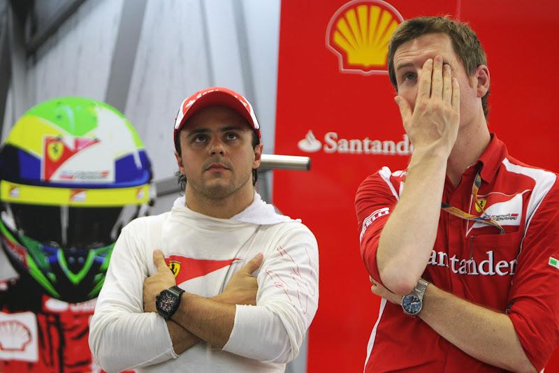 Фелипе Масса и фэйспалмящий Роб Смедли на Гран-при Сингапура 2011 в гараже Ferrari