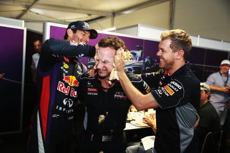 Марк Уэббер и Себастьян Феттель обмазывают тортом Кристиана Хорнера на 40-летие на Гран-при США 2013