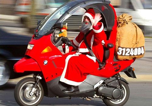 Ảnh vui ông già Noel đi phát quà bằng xe máy