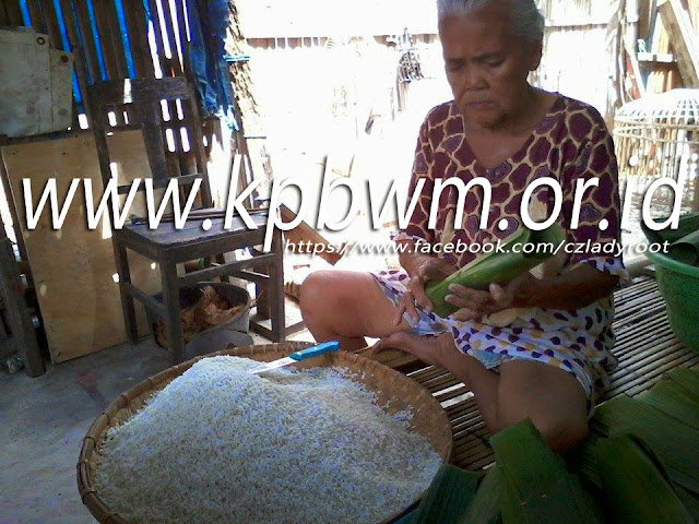 tahap membuat lopis memasukkan ketan dalam daun pisang