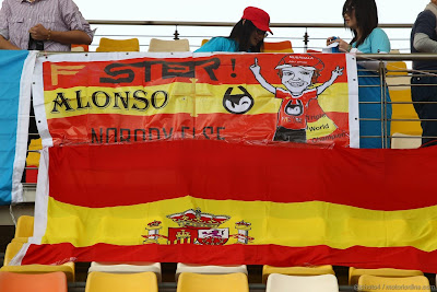 болельщики Фернандо Алонсо с баннерами на трибунах на Гран-при Китая 2012
