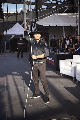 Нико Росберг бросает лассо перед болельщиками Остина на Гран-при США 2014