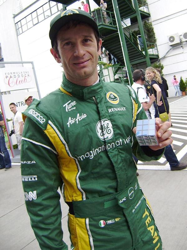 Ярно Трулли с Кубиком Рубиком на Гран-при Венгрии 2011 на трассе Хунгароринг