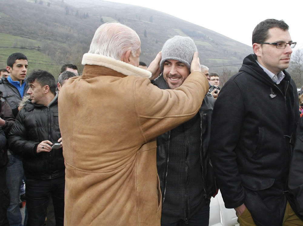 Фернандо Алонсо на открытии монумента Тоньо Фернандесу 23 февраля 2013