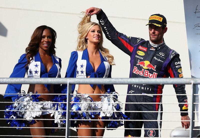 Марк Уэббер развлекается с девушками на подиуме Гран-при США 2013