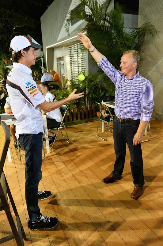 Джонни Херберт бросает мячик Эстебану Гутьерресу на Гран-при Сингапура 2013