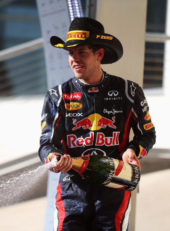 Себастьян Феттель в ковбойской шляпе Pirelli на подиуме Гран-при США 2012