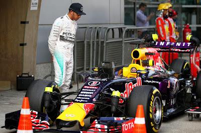 Льюис Хэмилтон разглядывает Red Bull на Гран-при Китая 2015