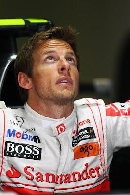 Дженсон Баттон вылазит из кокпита McLaren на Гран-при Италии 2011