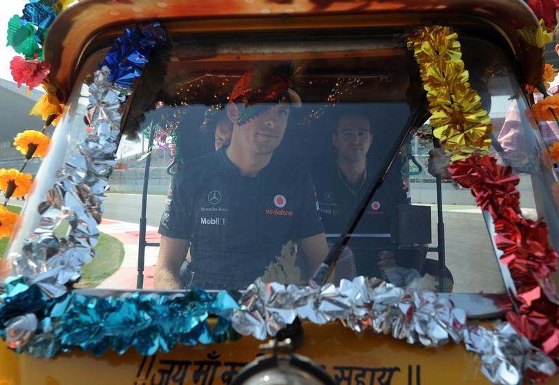 Дженсон Баттон в индийской машинке на трассе Буддх на Гран-при Индии 2011