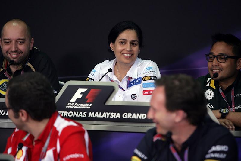 Мониша Кальтенборн в окружении других руководителей команд на пресс-конференции в пятницу на Гран-при Малайзии 2012