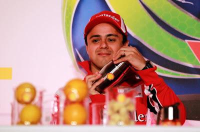 Фелипе Масса взбалтывает коктейль Shell на спонсорском мероприятии на Гран-при Великобритании 2011