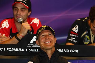 Михаэль Шумахер и Бруно Сенна над речью Жерома Д'Амброзио смеются на пресс-конференции в Спа на Гран-при Бельгии 2011