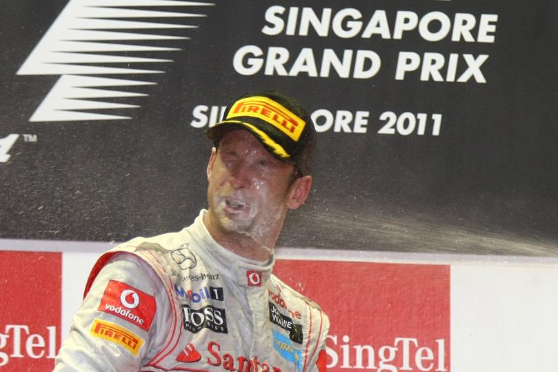 без лица или Дженсона Баттона поливают шампанским на подиуме Гран-при Сингапура 2011