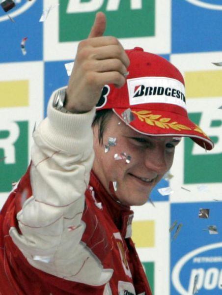 Кими Райкконен улыбается на подиуме Гран-при Бразилии 2007 после победы в чемпионате
