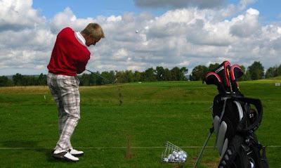 Хейкки Ковалайнен ударяет по мячу для гольфа