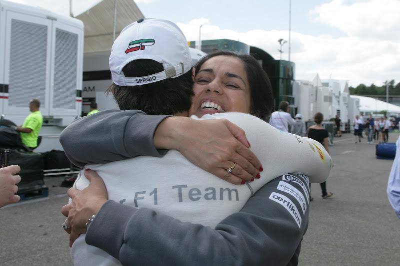 Серхио Перес и Мониша Кальтенборн обнимаются после отличного результата на Гран-при Германии 2012