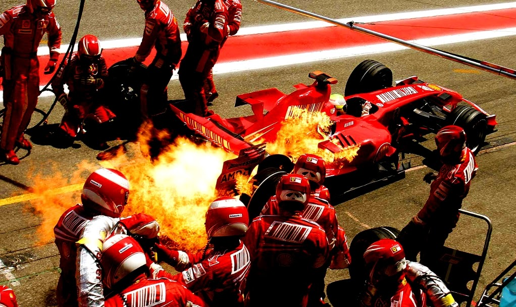 Фелипе Масса уезжает с огоньком от механиков Ferrari после пит-стопа на Гран-при Испании 2007