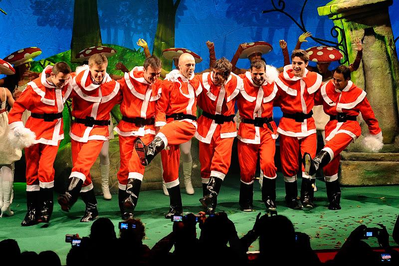 пилоты Ferrari в костюмах Санта-Клауса пляшут на сцене на рождественском мероприятии Ferrari для детей 18 декабря 2011