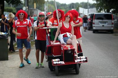 болельщики Ferrari в париках на самодельном болиде в Монце на Гран-при Италии 2014