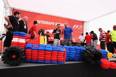 Себастьян Феттель и болид из воздушных шариков на автограф-сессии Гран-при Бахрейна 2012