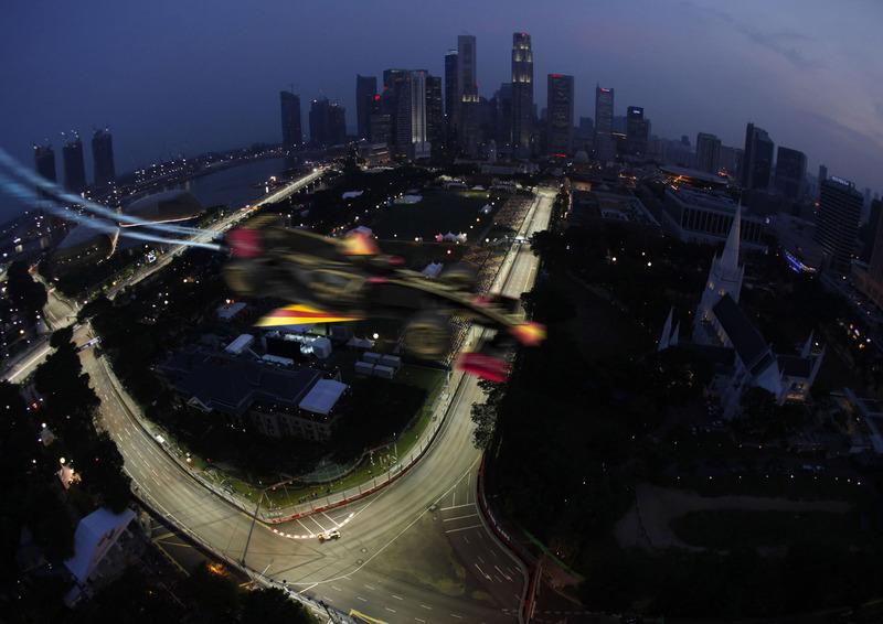 фотошоп Lotus Renault пролетает над трассой Сингапура
