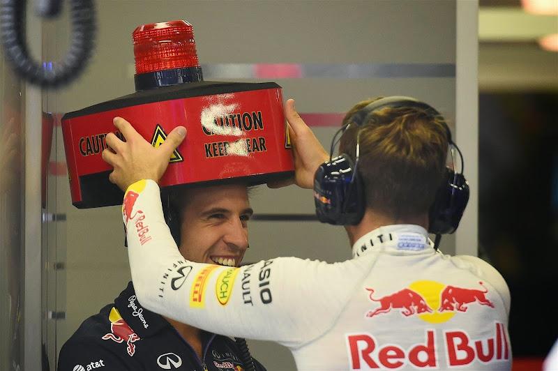Себастьян Феттель устанавливает лампочку на голову механика Red Bull на Гран-при Сингапура 2014