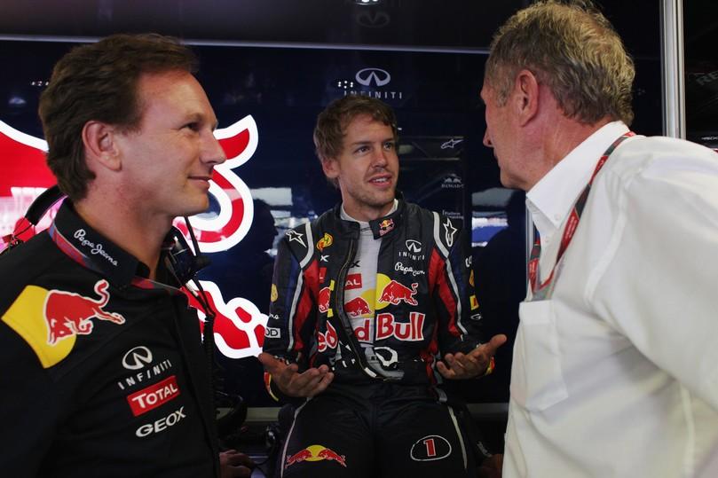 Себастьян Феттель показывает что-то Хельмуту Марко и Кристиану Хорнеру на Гран-при Италии 2011 в Монце