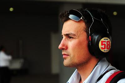 наклейка в память о Марко Симончелли на наушниках Уилла Бакстона на Гран-при Индии 2011