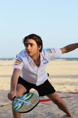 Эстебан Гутьеррес играет в пляжный теннис перед Гран-при Австралии 2013