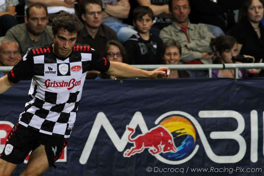 Жером Д'Амброзио в действии на футбольном матче в Спа на Гран-при Бельгии 2011