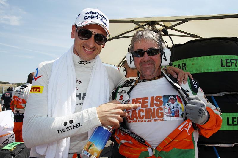 Адриан Сутиль и Нил Дики в футболке Life Is Racing на страртовой решетке Гран-при Венгрии 2013