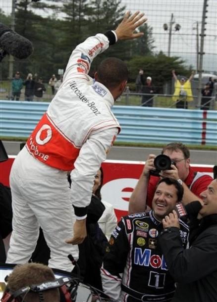 Льюис Хэмилтон приветствует публику в Уоткинс-Глене на Mobil 1 Car Swap 2011