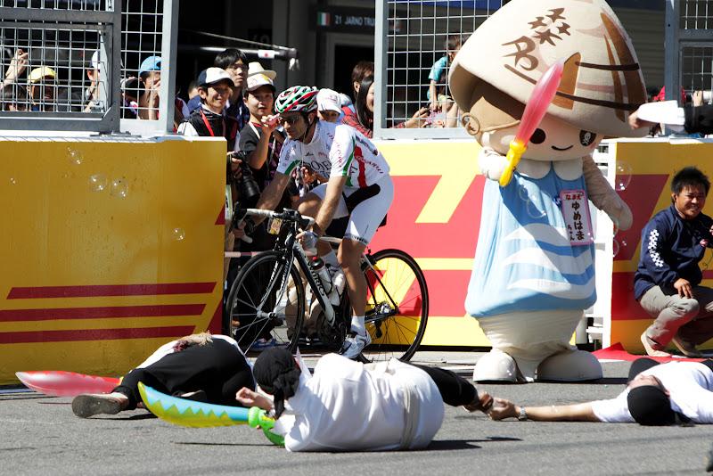 Ярно Трулли проезжает мимо сражения пиратов на трассе Сузука на Гран-при Японии 2011