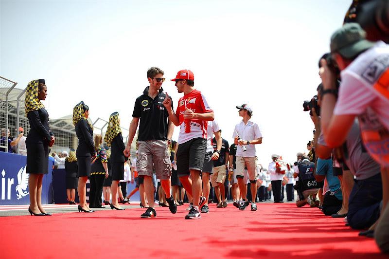 Ромэн Грожан и Фернандо Алонсо на параде пилотов Гран-при Бахрейна 2013