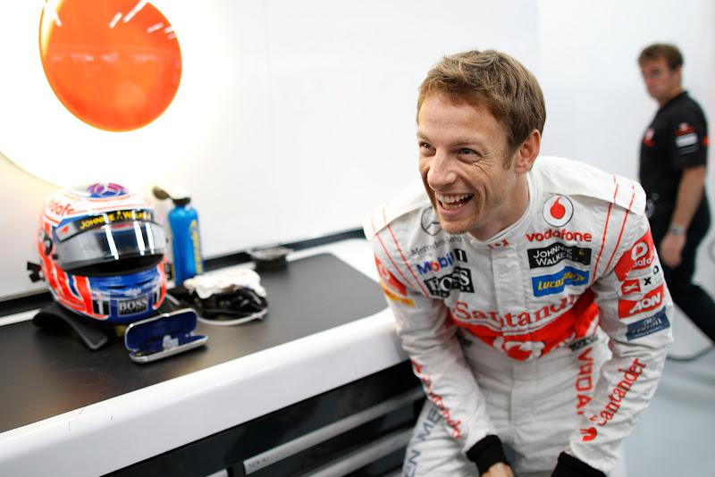 Дженсон Баттон смеется в боксах McLaren на Гран-при Кореи 2011