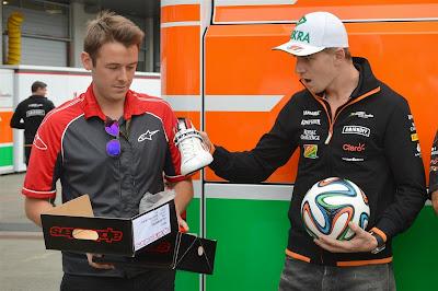 Нико Хюлькенберг в шоке от новых кроссовок Alpinestars на Гран-при Австрии 2014