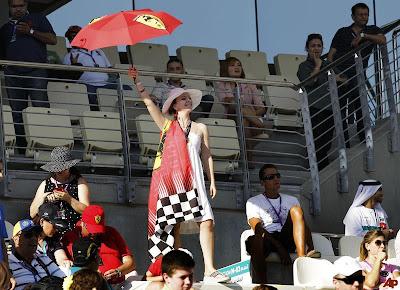 болельщица Ferrari с зонтиком на трибунах Яс Марины на Гран-при Абу-Даби 2011