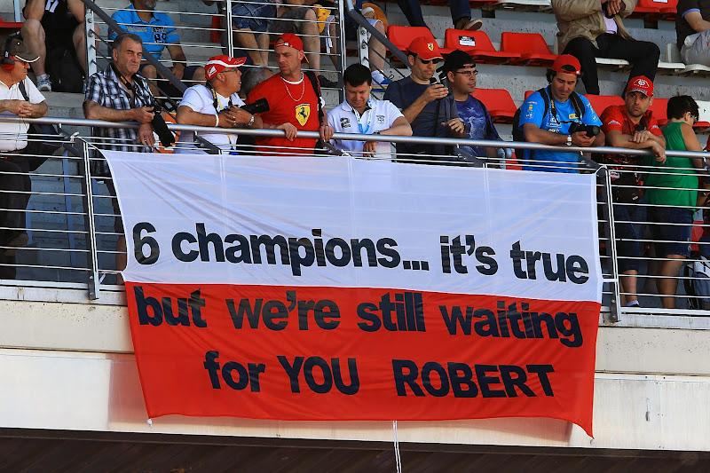 болельщики Роберта Кубицы с флагом на Гран-при Испании 2012