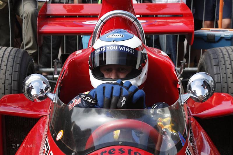 Кристиан Хорнер готовится к поездке за рулем March 711 на фестивале скорости в Гудвуде 2011