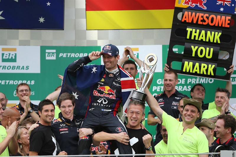 механика Red Bull держат Марка Уэббера на руках на подиуме Интерлагоса на Гран-при Бразилии 2013
