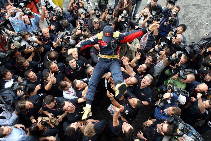 Себастьян Феттель на руках своих механиков после победы в Монце на Гран-при Италии 2008