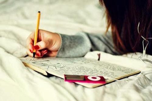 Ảnh cô gái đang viết