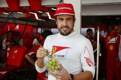 Фернандо Алонсо раздает виноград в гараже Ferrari на Гран-при Японии 2014