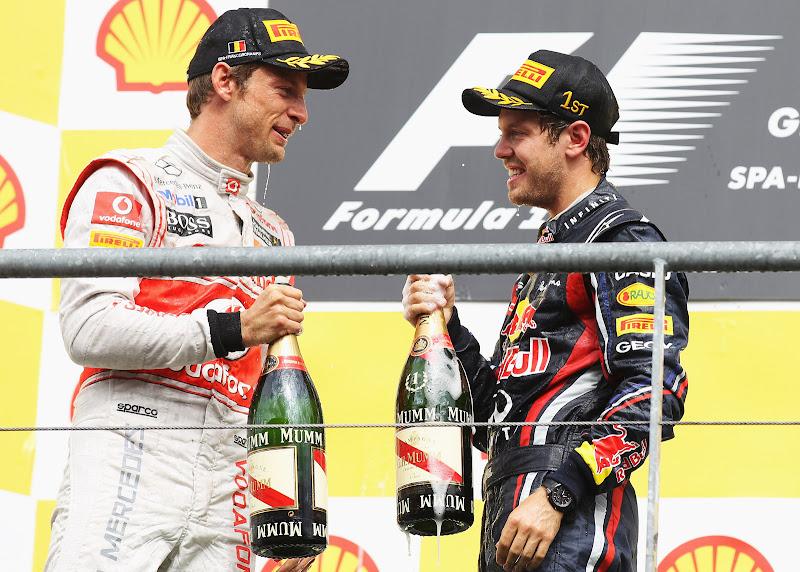 Дженсон Баттон и Себастьян Феттель с шампанским на подиуме Гран-при Бельгии 2011