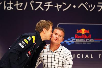 Себастьян Феттель целует Дэвида Култхарда в ушко в Японии