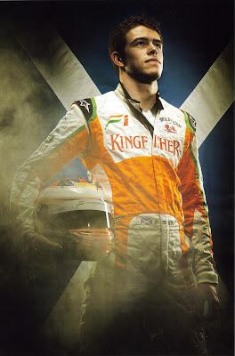 фотосессия Пола ди Ресты со шлемом для сезона 2011